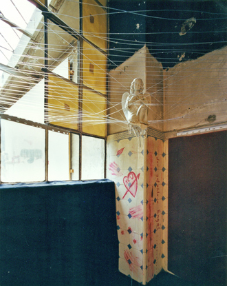 Installation, 14.06.02, Valentinskamp 34a, Hamburg, Foto MOJ